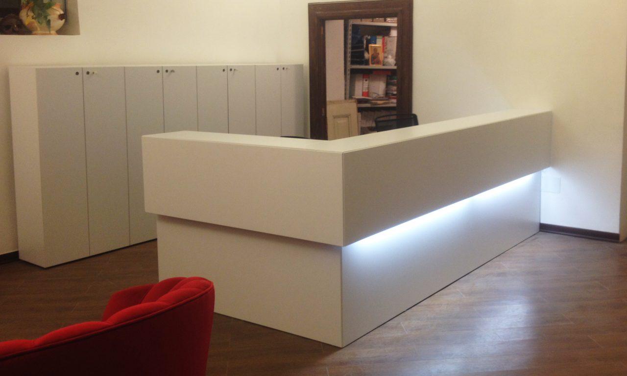 uffici direzionali armadi scaffalature scrivanie pannelli divisori poltrone sala d'attesa tende tecniche personalizzate